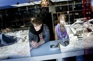 Filmar glasögon. Erik Stockselius och Nils Dahlqvist agerar glasögonmodeller i en av sekvenserna i den film där UF-företagarna Emil B Wiman och Simon Färdeman visar att det går att kombinera estetiska talanger med affärsmässigt tänkande.