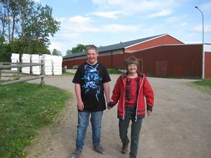 Kompisarna Moa och Frans rider i Stora Ekebys KLARA-grupp. Här är de på väg nerför stallbacken. Den här dagen hade hästarna ledigt och ungdomarna var där på teoridag, skattjakt och fika. Det kul att ha en riktig kompis!