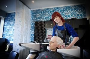 Elinor Norell på nyöppnade Wicked Lounge i centrala Bollnäs fixar håret på tvillingsyrran Nova. Bollnäs senaste tillskott i frisörbranschen öppnade i måndags.