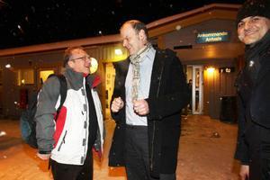 Bulgariens ambassadör Svetlan Stoev möts upp av Andreas Hoffmann, direktör för Härjedalens kulturcentrum. På samma plan fanns kavalpipespelaren Theodosii Spassov (till höger) som spelar i Lillhärdal lördag kväll.