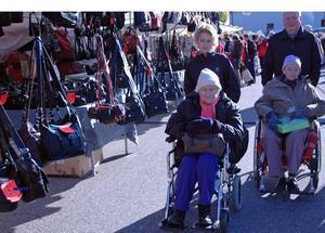 Elin Larsson, assisterad av Jezidina Mehanovic, och Anna-Greta Jansson, ihop med maken Tage, besökte höstmarknaden.