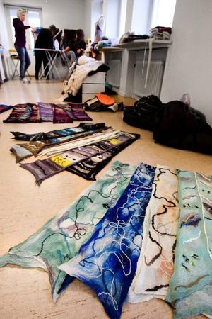 Sjalar och halsdukar  i långa banor har packats upp ur res-väskorna inför dagens vernissage på Härke konst-centrum.