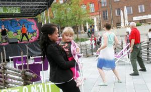 Snart två år gamla Melissa West från Torvalla motionsdansade tillsammans med 28-åriga mamma Jessica Larsson. De rörde sig lugnt men ballongen smällde ändå.