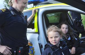 Systrarna Jouline och Jonna Nordh har aldrig suttit i en polisbil tidigare. Men nu tog de chansen. Helene Pajari från Bollnäspolisen håller koll.
