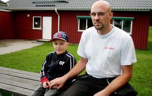 Robert Arvidsson går i förskoleklassen på Harbo skola. Hans pappa, Mathias Arvidsson, är kritisk till att kommunen fortfarande inte har bytt ut modulen vid Harbo skola. Just nu samsas många barn på liten yta. Foto: Camilla Röjerås