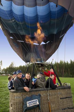 Förväntansfulla ballongflygare strax innan avfärd från en åker i Glössbo.