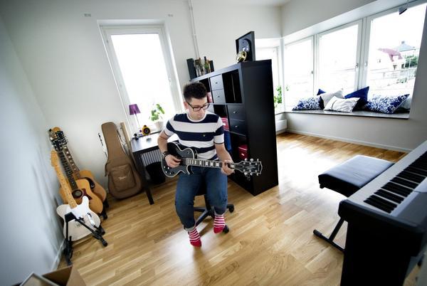 Både Fredrik och Sofie är musiker och har förstås inrett ett rum för det intresset. En hylla fungerar både som rumsavdelare och förvaring. Expedit köpt på Ikea.