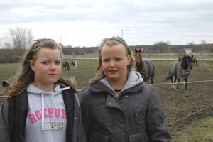 TILL RIDHUSET. Marina Eriksson, 12 år (till höger) ska absolut till ridhuset under höstlovet för att rida och sköta hästar. Kompisen Hanna Marklund kanske hänger med och tittar på.