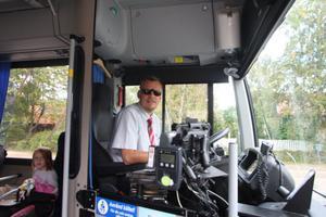 Busschaufför Olle Hellman körde X - trafiks linjeskoltur till Gnarp på tisdagseftermiddagen. Sista veckan har trafine flutit på bra.– Nu börjar det likna någonting, tyckte han om den nymonterade skyltningen.