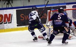 BÄST. Jens Bergenström var matchens lirare i Leksand. Han hade en klubba med i tre av målen. FOTO: JÖRGEN HJERPE