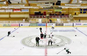 Det var full fart på isen under ÖIKs Sommarhockey camp redan under måndagen. Mittcirkeln var utgångspunkt för massvis med puckar och snabbt skridskoåkande ungdomar.Foto: Ulrika Andersson