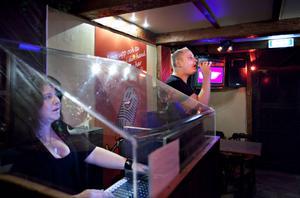 Niklas Magnusson rör vid hjärtat när han sjunger en ballad av R Kelly. Kvällens värdinna är Carolina Nylander.