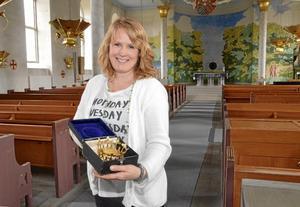 Plats för vigsel. Den som står brud lördagen närmast den 10 augusti i Kumla kyrka, har möjlighet att ansöka om ekonomiskt bidrag. Sara Eidevald visar den brudkrona man har möjlighet att låna.