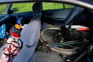Multisport kräver en hel del utrustning. Martina Hööks bil är fullpackad. På taken har hon kajaken.