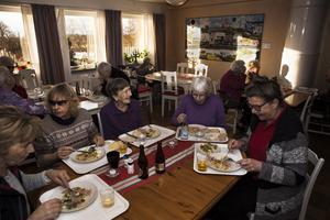Från vänster runt bordet: Märta Jonasson, Anne-Louise Ahlgren, Ingrid Pettersson, Måna Karlsson och Kajsa Nordgren.