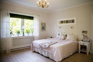 Sovrummet är ljust och romantiskt inrett. Ett fönster har fällts in i väggen mot det som tidigare var dotterns barnrum.
