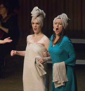 En av de roligaste scenerna är den från damernas bastu, här med Felicia Gyllenstig Serrao och Therese Karlsson.