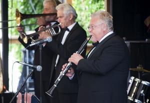 Avslutare. Rolf Carvenius tillsammans med Tuxedo Jazzband avslutade säsongen på Jazzens Museum. Foto: Mikael Johansson