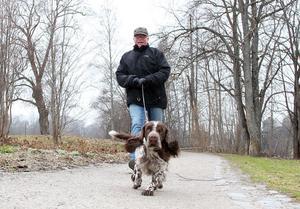 FÅR DRAGHJÄLP. Bengt Hult är ute med sin hund tre gånger om dagen. Sedan han skaffade hund har han gått ned nio kilo. När Bengt Hult var yrkesverksam hade han ett stillasittande jobb och rörde inte på sig tillräckligt mycket.