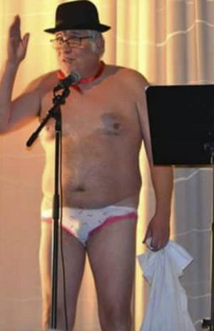 Revykungen B-G Eliasson under ett avklätt hälsningsanförande.