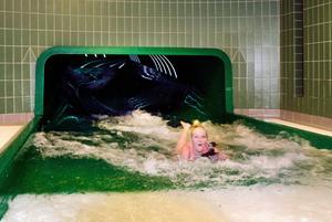På onsdagen var det lugnt i Magic Eye när ST:s prao Nora Elfving testade vattenrutschbanan.