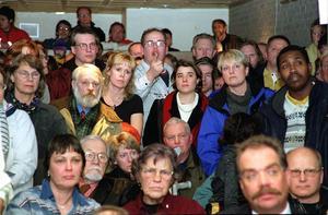 På måndagskvällen den 7 februari 2000 genomfördes ett protestmöte i Folkets Hus i Nynäshamn, mot den indragna pendeltågstrafiken till och från Nynäshamn.