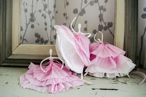 Stina har tillverkat ballerinor av servetter och ståltråd.