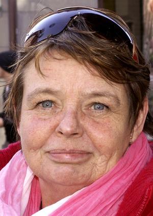 Yvonne Kvarnström, 56 år, Stockholm:– Nej, jag är inte så förtjust i glass. Jag tar hellre en iskall öl för att svalka mig. Men vatten går utmärkt också.