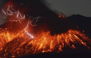 Lava uppges ha sprutat upp i luften men i nuläget har inga skador rapporterats på omkringliggande bebyggelse.