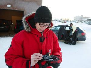 Reportern Maria Harning med en manuell råttfälla. Anticimex har även satt ut kemiska råttfällor i Mittnytts garage.Foto: Jan Anderson