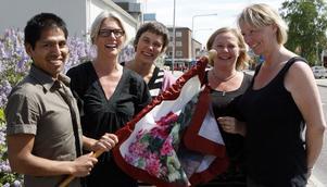 Centrummiljögruppen har valt ut ett förslag att jobba vidare med för att göra Ljusdals centrum skönare. Från vänster Daniel Svärd Johanna Öhman, Charlotta Netsman, Beatrice Hansson-Karakoca och Carina Andersson har fastnat för förslaget med flaggor med Ljusdalsmotiv längs genomfarten.