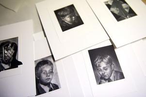 Majla Zeneli visar verk ur en serie kallad Boys på Galleri Hörnan i Falun.