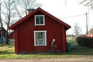 RÖD STUGA. Inger Andersson vandrar in i bagarstugan igen. Vid fönstret pysslar kollegan i Ullforsgruppen Berit Rosenberg.