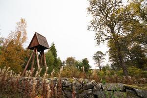 I Karbenningby, vid platsen för Karbennings gamla kyrka finns fortfarande en klockstapel kvar.