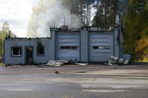 Bild från branden i Backe. Sannolikt var det explosionen som gjort att taket blåst av den ena byggnaden.