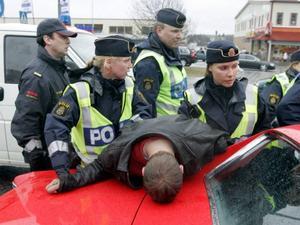 Våld  och hot är en del av polisens vardag.Foto: Scanpix