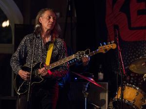 Kenny Håkansson är bandets gitarrist och sångare.