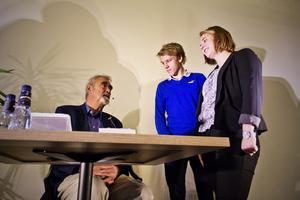 Kommande ledare? Under besöket i Västerås höll Percy Barnevik en föreläsning för eleverna på ABB Industrigymnasium, som han var med och grundade för 20 år sedan. Innan seminariet fick han en pratstund innan föreläsningen med eleverna Magnus Lundh och Linda Bröms.Foto: Peter Jaslin