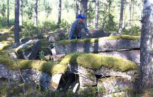 Bara ett tiotal meter från vägen till Budhed i närheten av Garberg ligger de gamla stenblocken upplagda. Men vad var de tänkta att användas till undrar Ragnar Forslund.