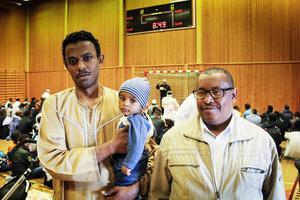 Mohammed Alidrissi med Ahmed i famnen inledde firandet av Eid Al-Fitr i Bollnäs sporthall.