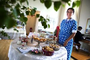 Kaffetant. Anne-Maj Hjalmarsson Frid är en av kaffetanterna som pysslat ihop utställningen med café-fynd. Foto:Karin Rickardsson