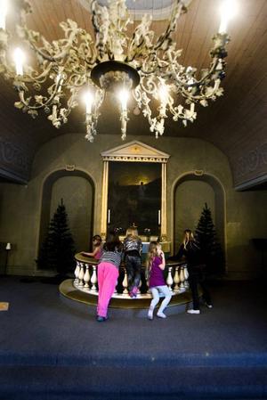 GAMMALT. Den gjutna takkronan i själva kapellet tillhör de äldsta inventarierna. Barnen i barngruppen tycker att kapellet är väldigt fint och de tror att de kommer att trivas med att träffas en gång i veckan i kapellet i Hammarby.