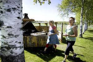 ELDSJÄLAR. Förskollärarna Kina Ohlsson och Carina Hellberg har varit med och gjort om gården till Wij förskola. Kina har bland annat murat grillen vid träkåtan.