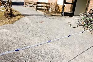 Utanför porten till ett bostadshus på Ängegatan fanns det tydliga blodspår efter morgonens händelser.