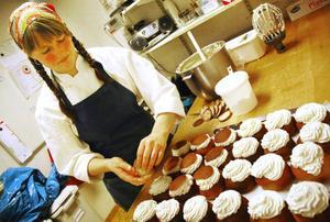 """Nathalie Persson, bagare på Storhogna högfjällshotell, har bråda dagar. Hon har förberett flera plåtar semlor fettisdagen till ära. """"Jag äter gärna min med mjölk"""", säger hon."""