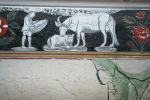 Bården i farstun i Bryggstugan är intressant. Den uppvisar ett genremotiv som ibland är ganska burleska och målade i kulörer som imiterar grekiskt vasmåleri.