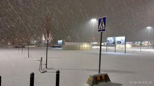 Snöfall över Erikslund Shopping Center.