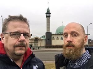DT:s Jerry Brodin och Lars Dafgård på plats vid Uppsala moské.