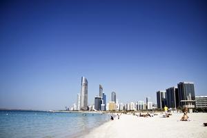 Stranden i Abu Dhabi. På dagen blir det ofta outhärdligt hett här.
