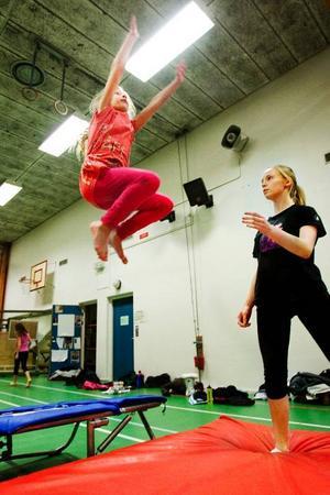 """Klara Fuchs är 17 år och har varit ledare för Östersundsgymnasterna i tre år. """"Jag lär mig mycket av att leda också, att tvingas förklara vad syftet med vissa övningar är"""", säger Klara."""